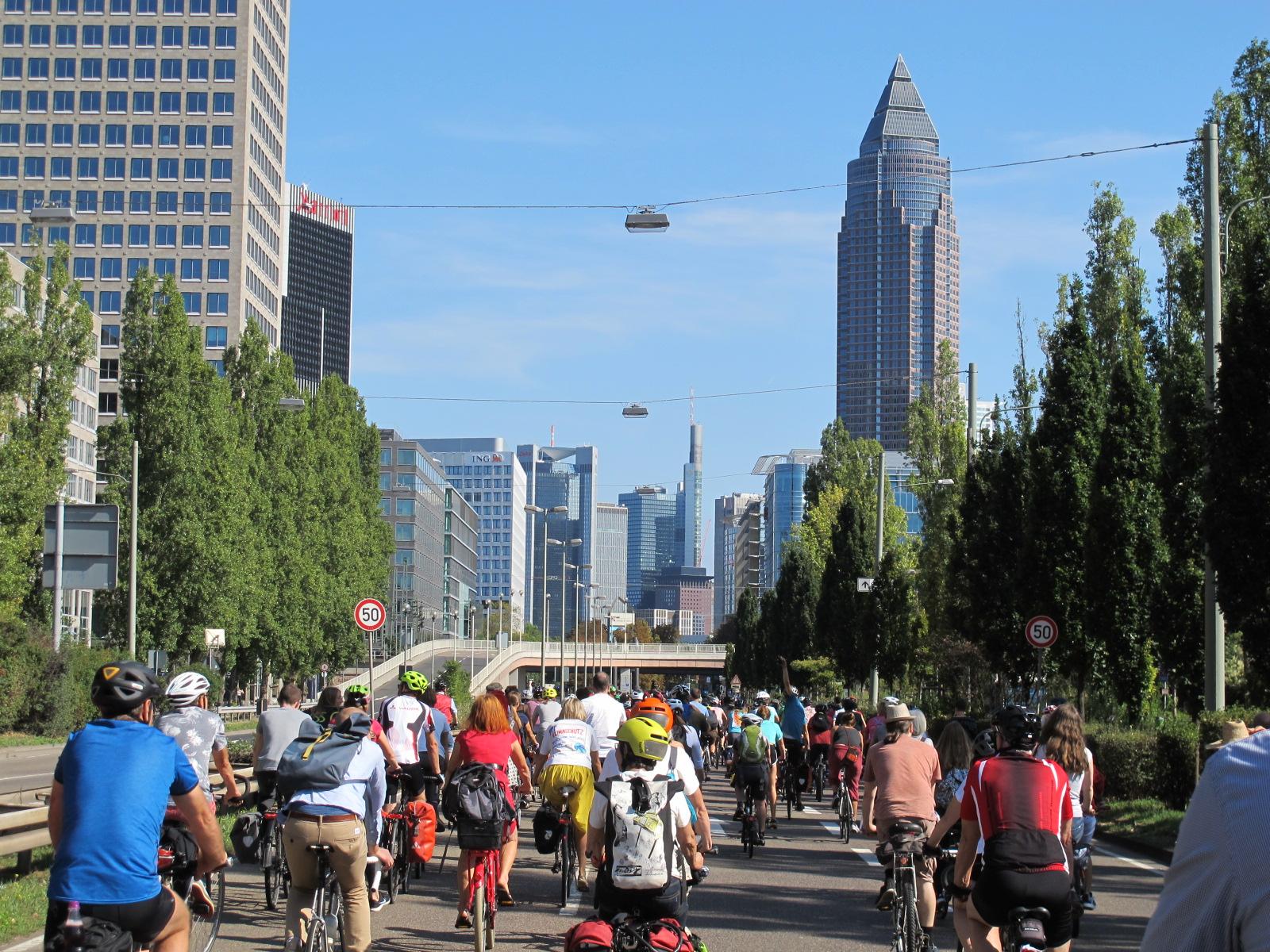 Radfahrende auf dem Weg nach Frankfurt bei der IAA-Sternfahrt im September 2019
